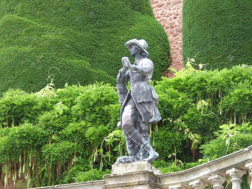 Garden Statues: Aesthetic Look